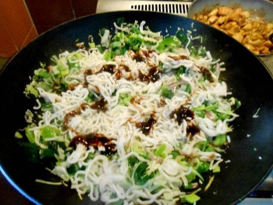 Aziatische kip met woknoedels en groente in kokossaus recept ...