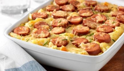 Smakelijke hutspotschotel met kaas en rookworst recept ...