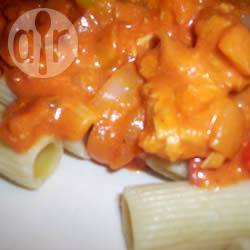 Kip met pasta in een romige tomatensaus recept