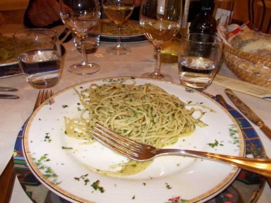 Pittige spaghetti met spaanse peper, knoflook en pesto recept ...