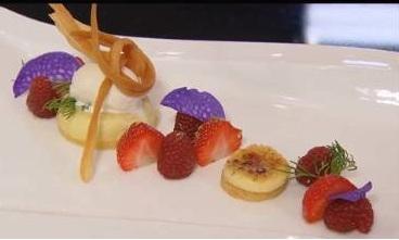 Crème brûlée van limoncello met frambozen, aardbeien en ...