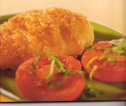 Kipfilet met een kaaskorstje en geroosterde tomaten, gegrild ...