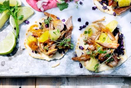 Tortilla's met varkensvlees, kool en ananas