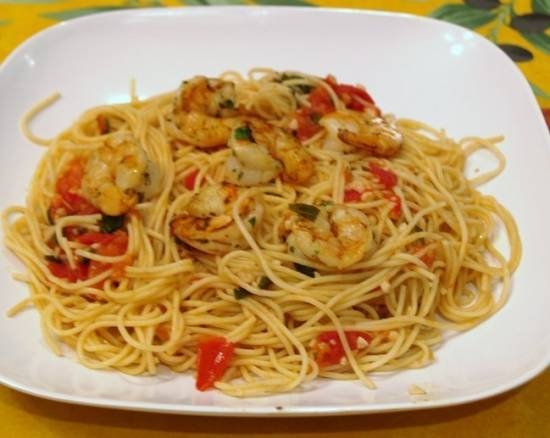 Pasta met knoflook, tomaat, basilicum en garnalen recept ...