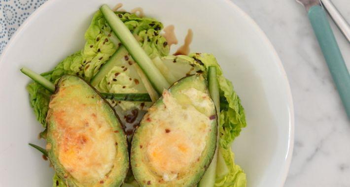 Gevulde avocado met ei uit de oven