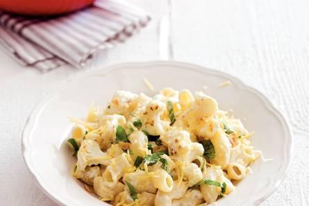 Macaroni met bloemkoolroosjes en oude kaas