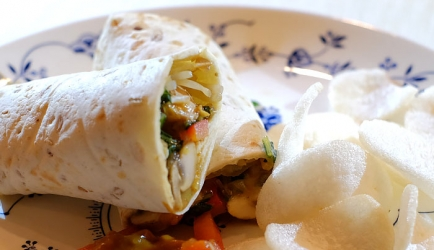 Saté-wraps met kip, paprika, paksoy en taugé recept