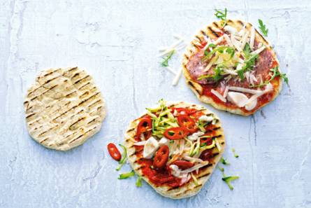 Minipizza's met mozzarella & salami en courgette & rode peper ...