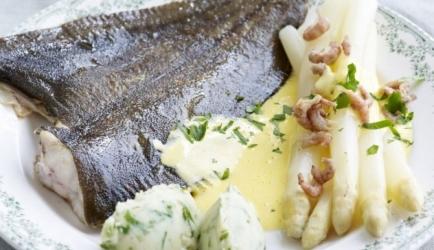 Pladijs met asperges, mousselinesaus en grijze garnaaltjes recept ...