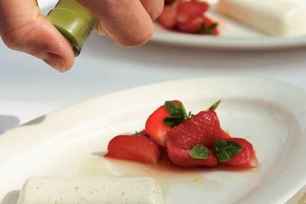 Panna cotta met lauriersiroop en aardbeien