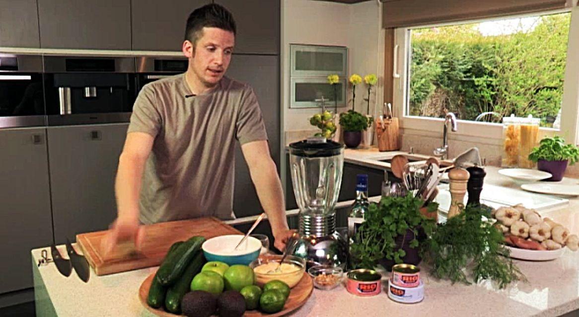 Recept 'koude komkommersoep met tonijn en avocado'