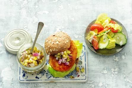 Hollandse kabeljauwburger met augurkensalsa en salade