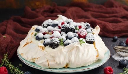 Pavlova met advocaat en vers fruit recept