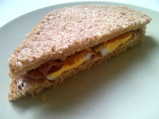 Sandwich met rookvlees en ei recept