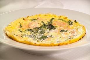 Spinazie omelet met stukjes zalm recept
