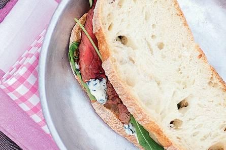 Sandwich met gegrilde biefstuk en blauwaderkaas