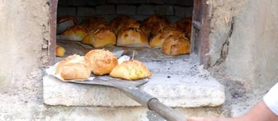 Kaas-uienbrood met rode uien en zongedroogde tomaatjes ...