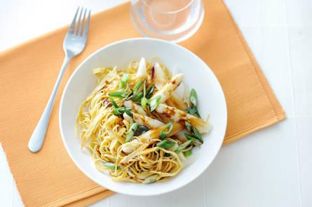 Oosterse asperges met omelet en mie