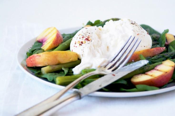 Salade van burrata met gegrilde perziken en groene asperges ...