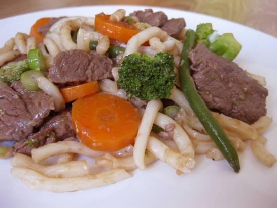 Noedels met biefstuk, boontjes en broccoli recept