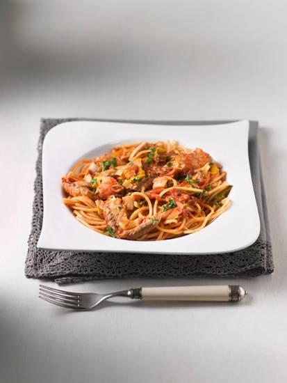 Spaghetti met makreel-tomatensaus recept