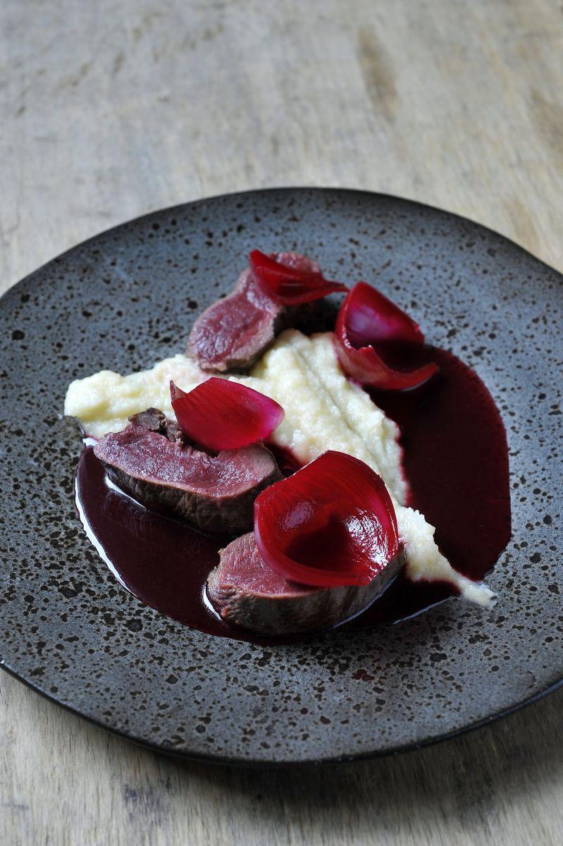 Recept 'hert met crème van knolselder en gemarineerde ui'