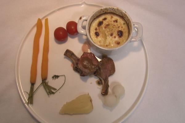 Lamskroontjes met een gratin dauphinois, gestoomde groentjes en ...
