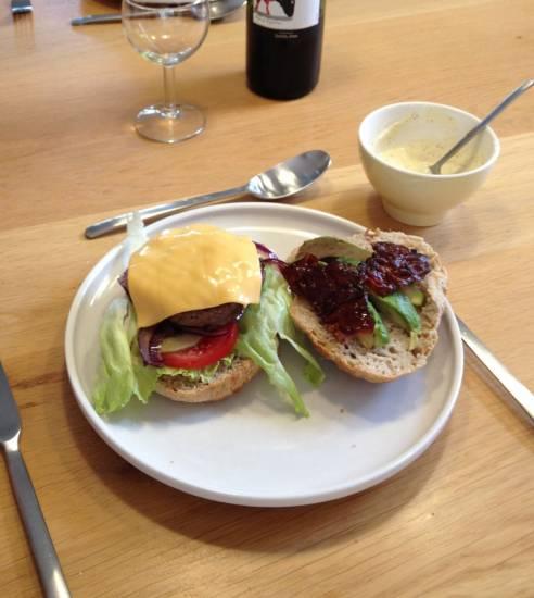 Kipburger met avocado,bacon en cheddar recept