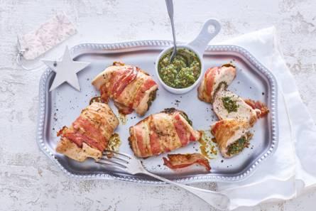 Gevulde parelhoenfiletrolletjes met peterseliepesto en pancetta ...