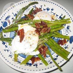 Asperges met spek en gepocheerde eieren recept