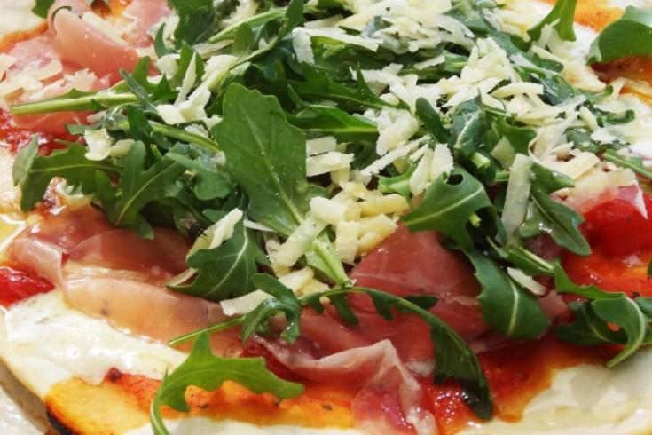Speltpizza met mozzarella, parmaham & basilicumolie