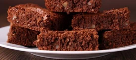 Brownies gevuld met witte en bruine chocoladestukjes recept ...