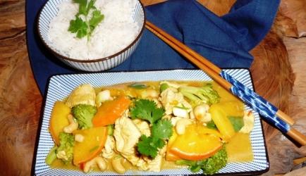 Wokschotel met kip, broccoli, kaki en cashewnoten