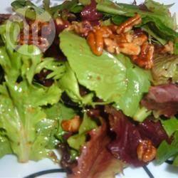 Salade met walnoot en geroosterde ui dressing recept