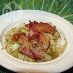 Salade van licht aangebakken kool met bacon recept