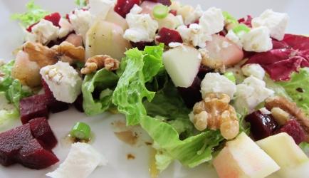 Bietensalade met geitenkaas, appel en walnoot recept ...