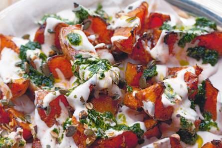 Yotam ottolenghi's pompoen met chiliyoghurt en koriandersaus ...