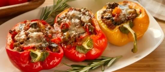 Gevulde (punt)paprika`s met pesto en gehakt recept