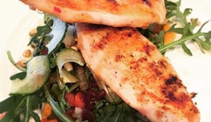 Rucola salade met gegrilde kip recept