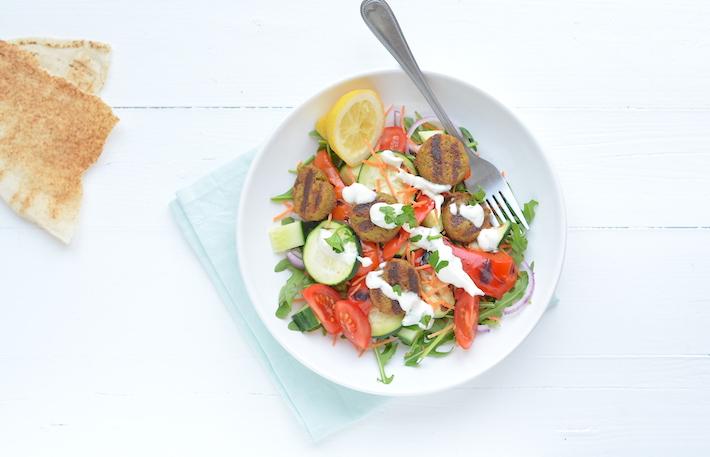 Fresh & easy: salade met falafel en tahin dressing