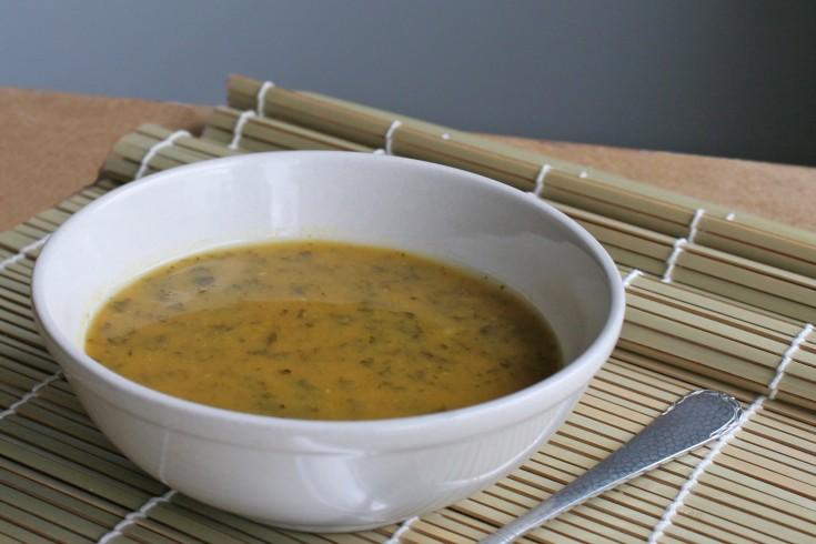 Superfood soep met boerenkool, zoete aardappel en kurkuma ...