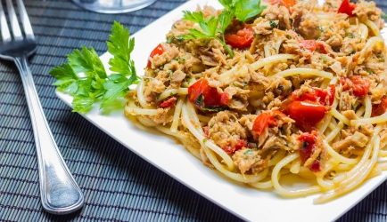 Spaghetti met makreel en oude kaas recept