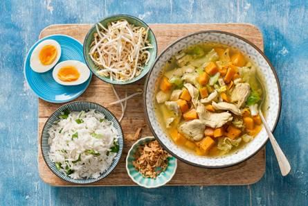 Geurige indonesische maaltijdsoep met rijst en een eitje