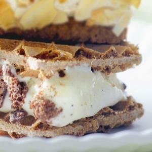 Ijssandwich met koffiewafels, chocolade en slagroom recept ...