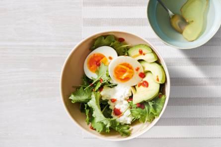 Hüttenkäse met avocado, ei en jonge bladsla