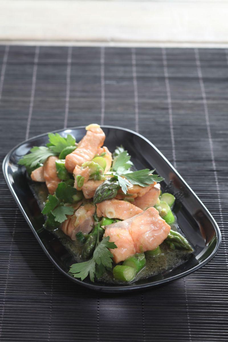 Recept 'groene asperges met gewokte zalm'