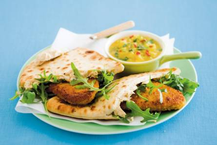 Kip met hummus, naanbrood en mangosalsa
