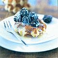 Luikse wafels met bramen en witte-chocoladesaus recept ...