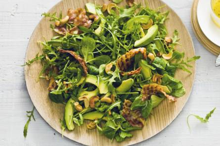 Groene salade met spek en avocado