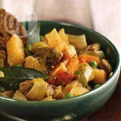 Ierse stoofschotel met wortelen, aardappelen, uien, prei, meirapen ...